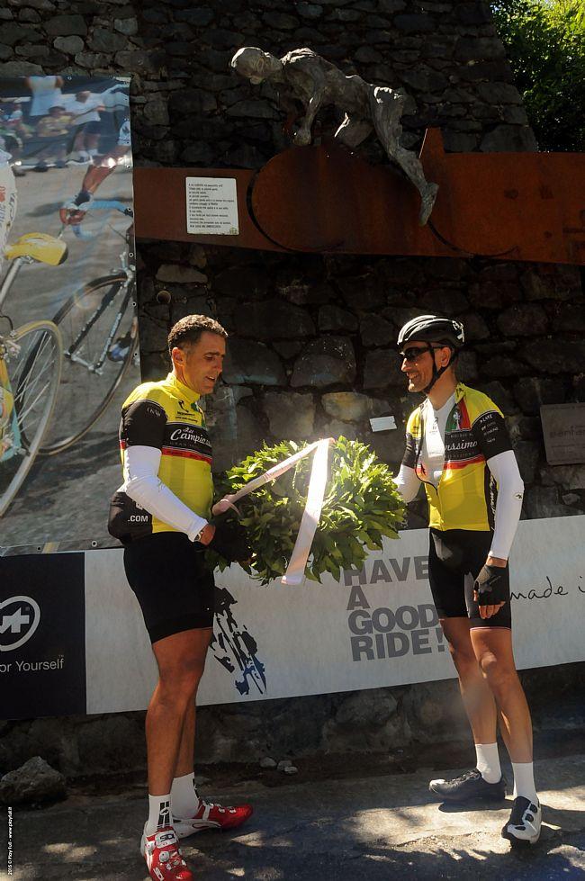 Miguel Indurain depone la corona di alloro in memoria di Marco Pantani sul Mortirolo (ph Play Full)